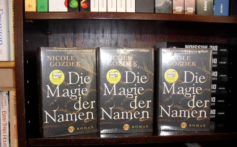 """Exemplare meines Romans """"Die Magie der Namen"""" in der örtlichen Buchhandlung"""