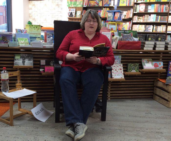 ich sitze auf meinem thronartigen Stuhl und lese aus meinem Buch