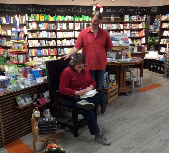 während des Signierens mit einem der netten Mitarbeiter der Bücherstube