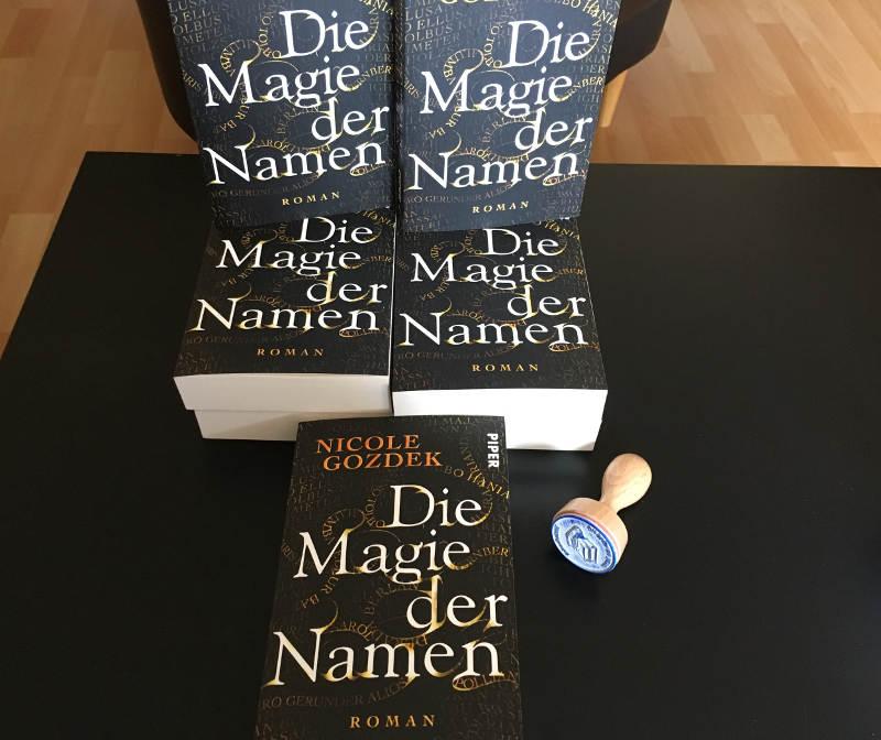 """ein kleiner Bücherstapel """"Die Magie der Namen"""" mit Stempel"""
