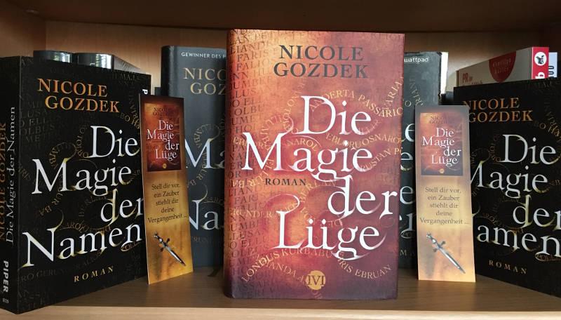 """""""Die Magie der Lüge"""" steht im Regal mit anderen Büchern"""