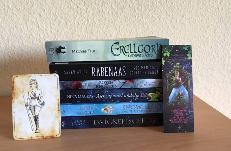 Stapel aus 6 Büchern, ein Lesezeichen und einer Karte