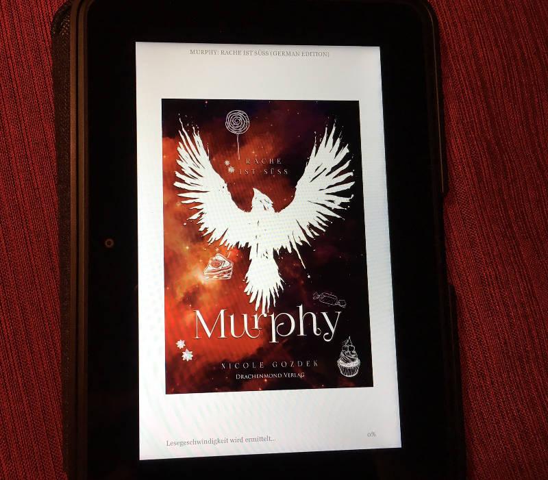"""das E-Book von """"Murphy - Rache ist süß"""" mit farbigem Cover auf dem Tablet"""