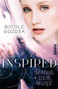 eine junge Musenfrau mit goldenen Augen ist umgeben von violettem Nebel